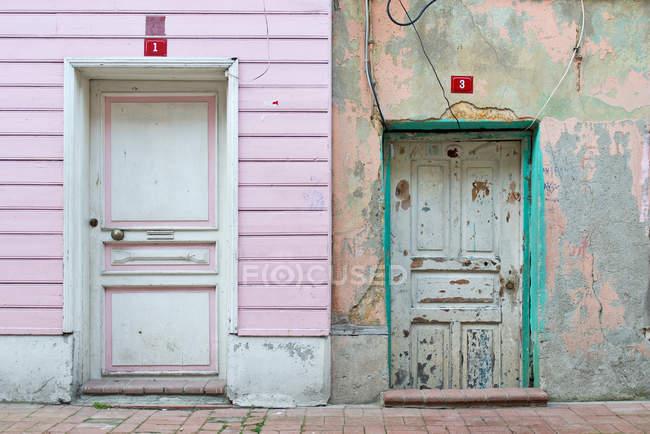 Днем представления двух передних дверей в различных условиях — стоковое фото