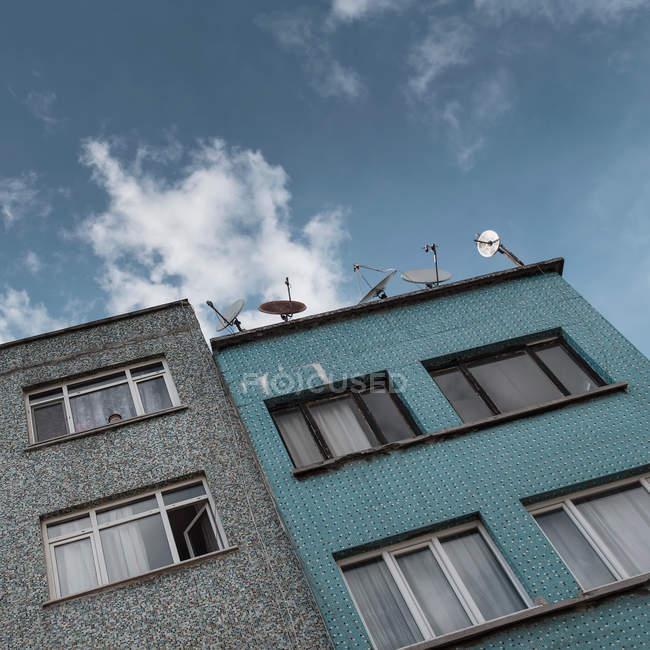 Edifici con windows vista dal basso — Foto stock