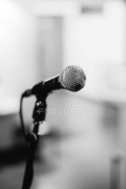 Rundfunk-Mikrofon, schwarz / weiß — Stockfoto