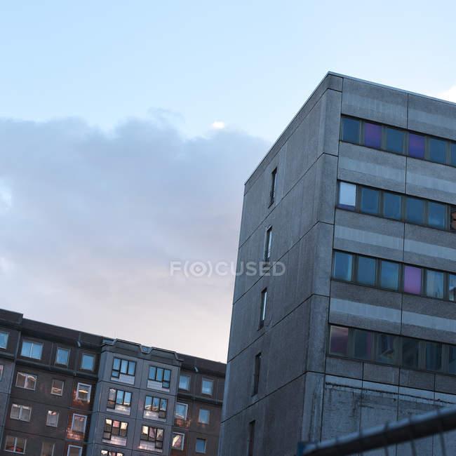 Edifici di architettura moderna al crepuscolo, vista dal basso — Foto stock