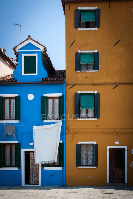 Ses maisons colorées sur la rue du vieil italien et corde à linge, Burano, Venise, Italie — Photo de stock