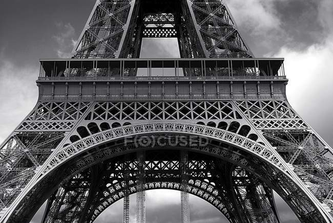 Bottom up view of Eiffel Tower — Stock Photo