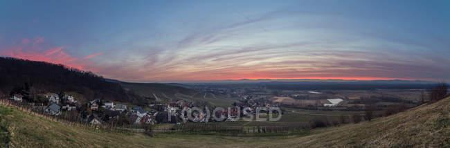 Панорамный живописный вид на деревню в горах с закат — стоковое фото