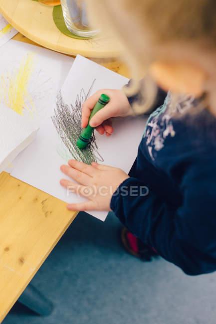 Закри зору дитини руки олівцем — стокове фото