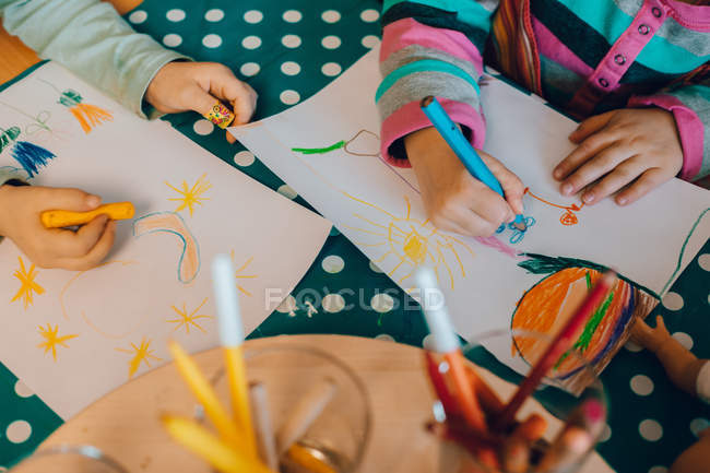 Children drawing pictures at table — Stock Photo