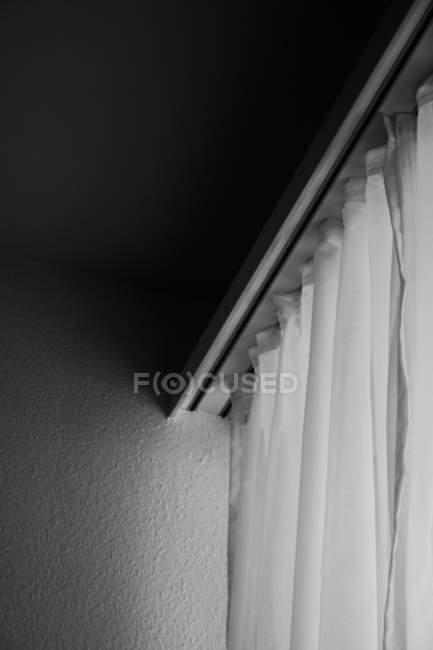 Vista diurna de blanca cortina riel - foto de stock