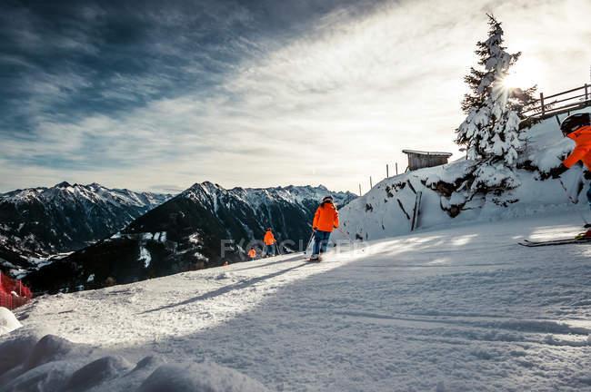 Avis pendant la journée de ski dans la station alpine des gens — Photo de stock