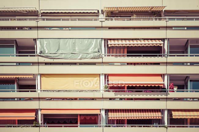 Фасад здания квартира в жилом районе города — стоковое фото