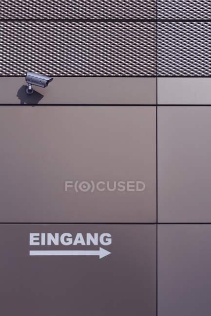 Камеры и Eingang подписали с стрелкой на берегу, строительство стены в Дюссельдорфе — стоковое фото