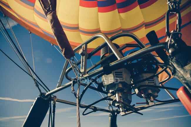 Detalles de globo de aire caliente en el cielo - foto de stock