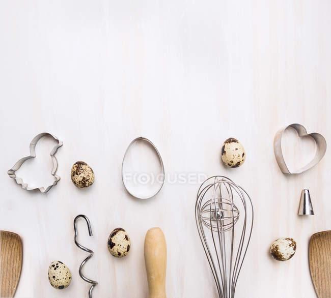 Quail eggs with kitchen utensils — Stock Photo