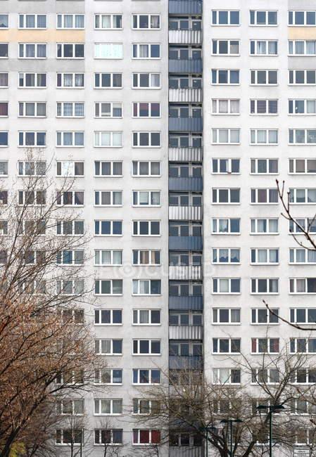 Окна на стене дома здания — стоковое фото