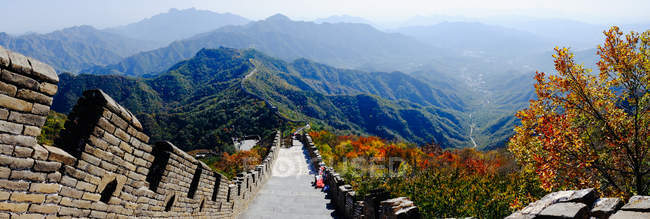 Daytime panoramic view of Chinese wall and mountainscape — Stock Photo