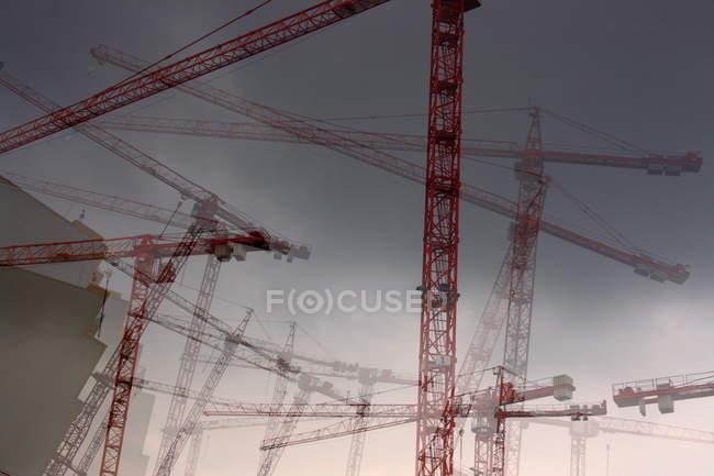 Guindastes trabalhando no site costruction — Fotografia de Stock