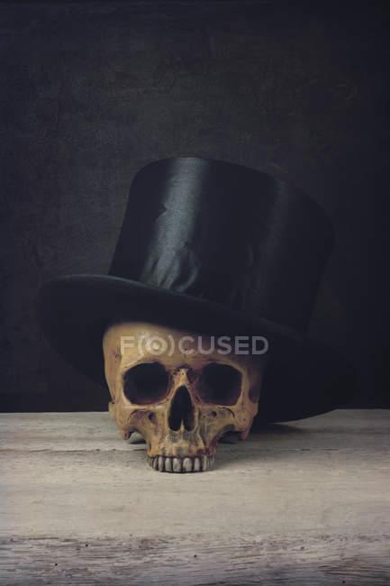 Людського черепа з tophat — стокове фото