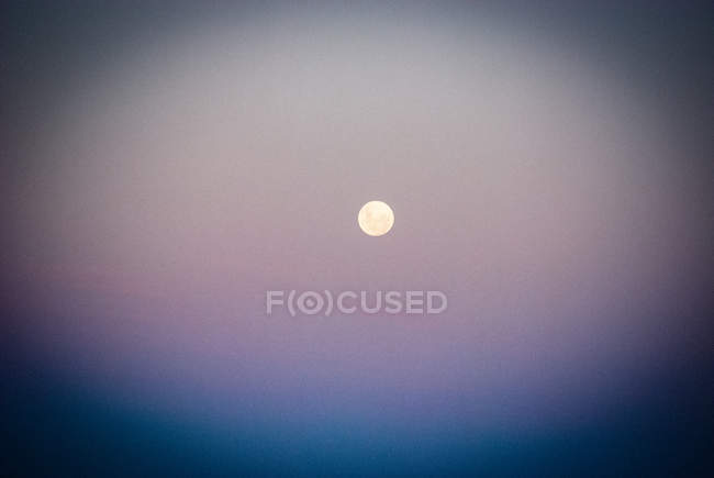 Під час заходу сонця небо і повний місяць — стокове фото