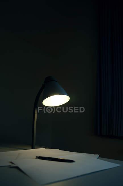 Candeeiro de mesa brilhando no escuro — Fotografia de Stock