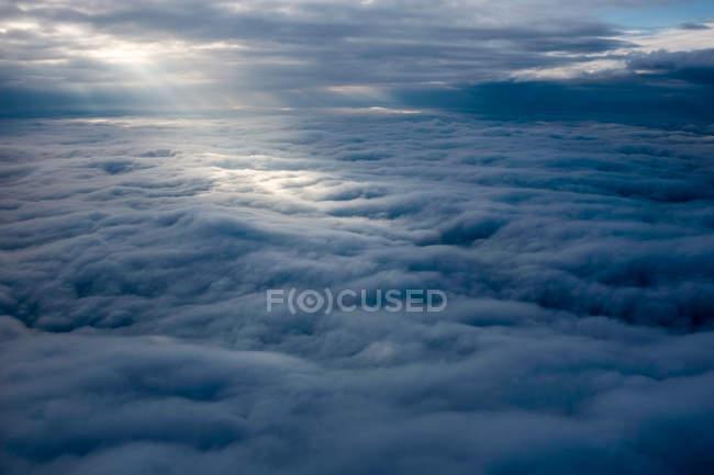 Аэрофотоснимок луч солнца на облака — стоковое фото