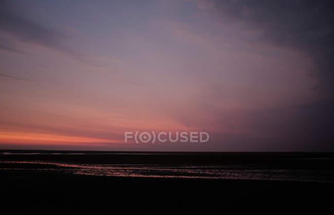 Закат над морской берег — стоковое фото