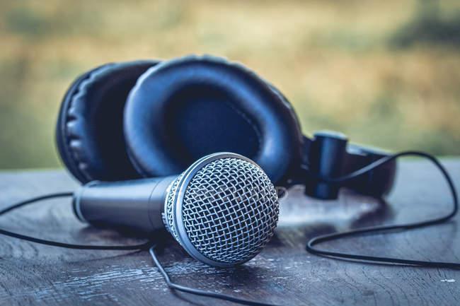 Rundfunk-Mikrofon und Kopfhörer auf Tisch — Stockfoto