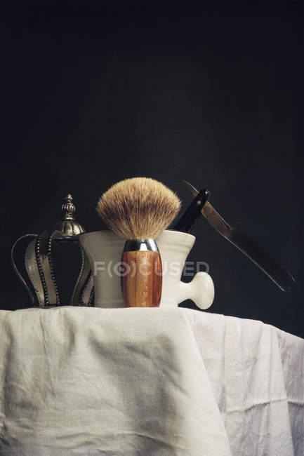 Pennello da barba con pala e vasca di schiuma — Foto stock