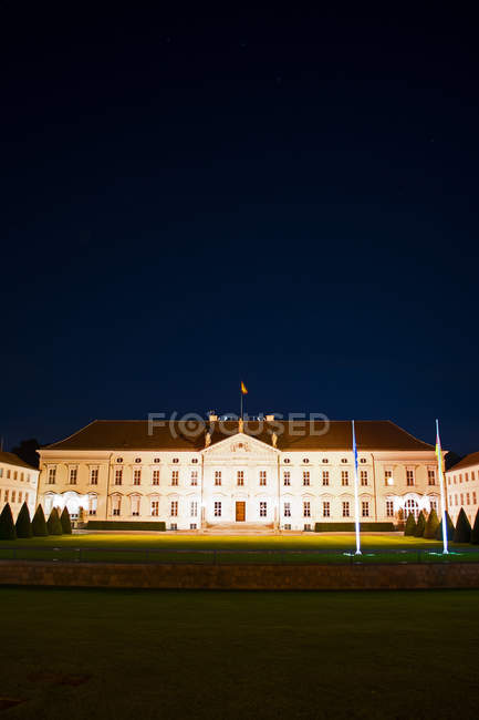 Урядові будівлі Палац Бельвю освітлені вночі, Тірґартен, Берлін, Німеччина — стокове фото