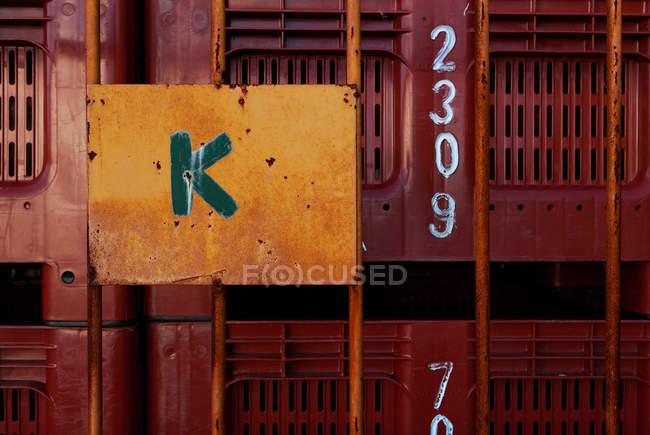 Крупным планом вид числа и буквы на коробке — стоковое фото