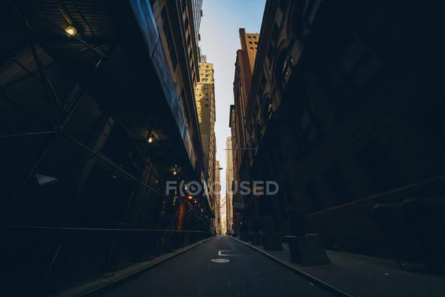 Rue de la ville de New York dans l'ombre de grande hauteur des bâtiments, bleu ciel, Usa — Photo de stock