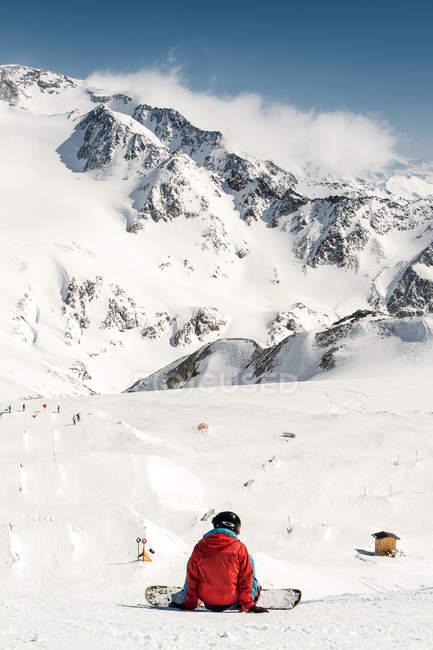 Snowboarder and snowy mountains landscape — Stock Photo
