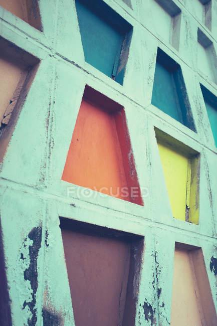 Частичный вид бетонной стены текстуры с красочными геометрических фигур, минималистичный концепции — стоковое фото
