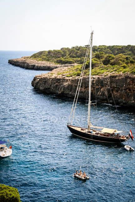 Coastline and sailboats in cove — Stock Photo