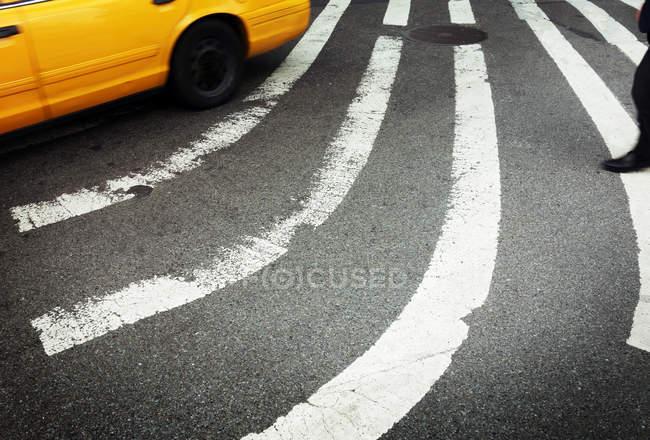 Curvo corsie strada bianca sulla superficie dell'asfalto — Foto stock