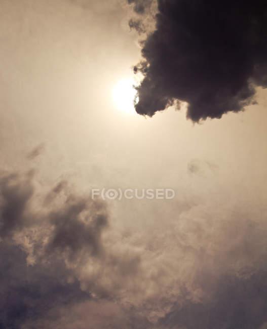 Vista diurna de nuvens cobrindo o sol no céu — Fotografia de Stock