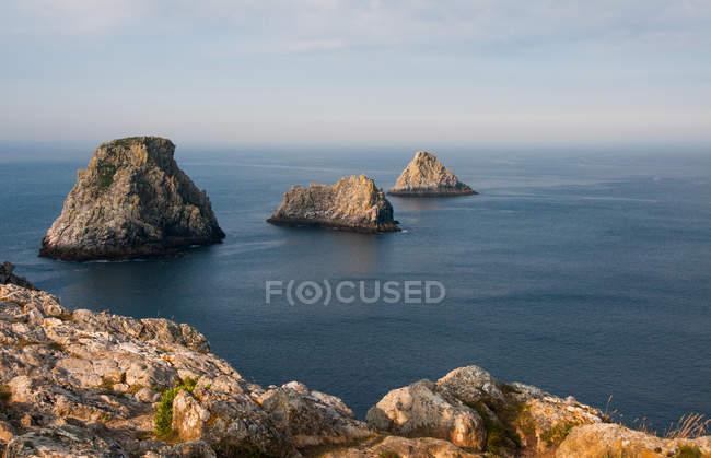 Paisaje con litoral rocoso - foto de stock