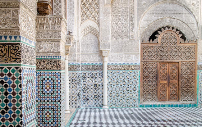 Facade of traditional arabic building — Stock Photo