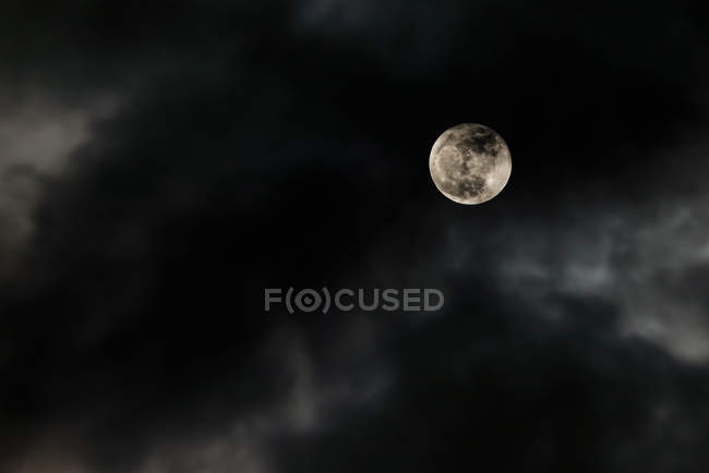 Bright місяць у нічному небі — стокове фото