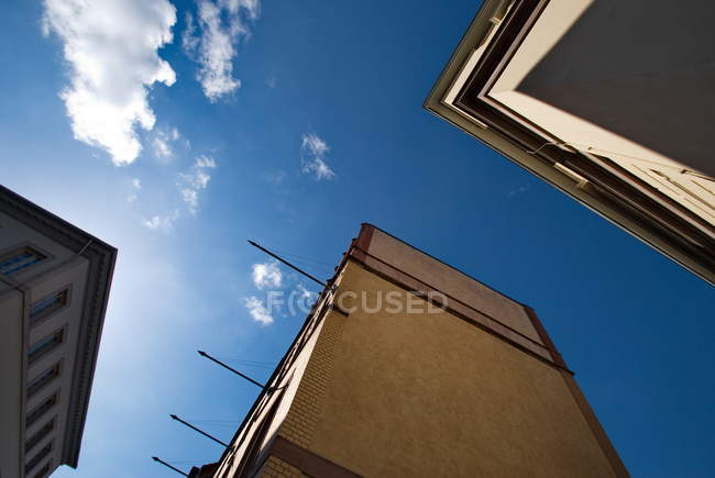 Vista inferiore di costruzione esterni con cielo blu — Foto stock