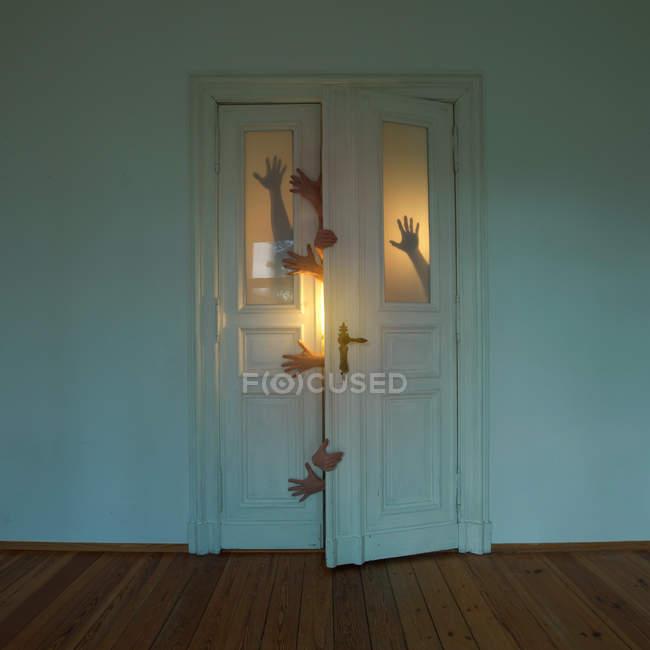 Menschliche Hände halten und öffnende alte Türen — Stockfoto