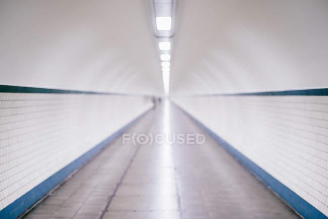 Scena urbana, vista tunnel illuminato della metropolitana — Foto stock