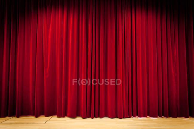 Vista de cortina roja de recorte - foto de stock