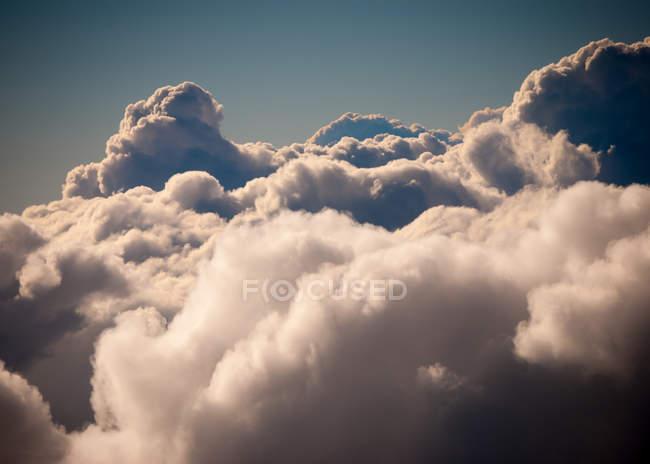 Пушистые облака в небе — стоковое фото