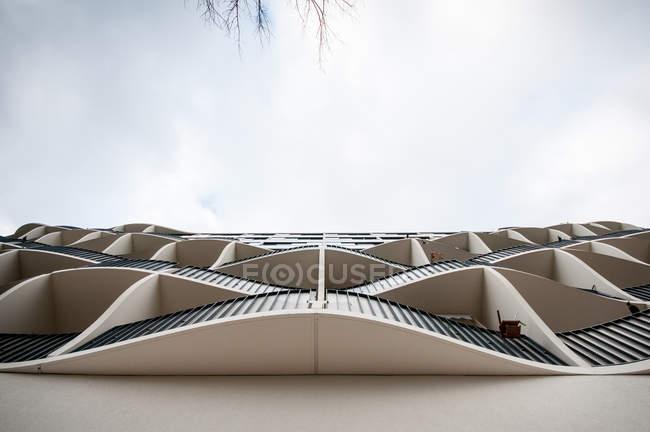 Vista inferiore di costruzione architettonica con balconi di design moderno — Foto stock