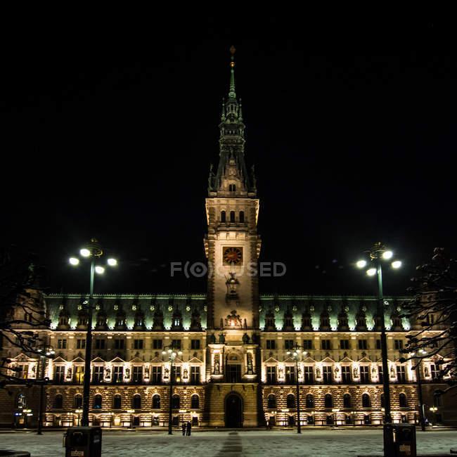 Ратуша Гамбурга освещается в ночное время, Германия — стоковое фото