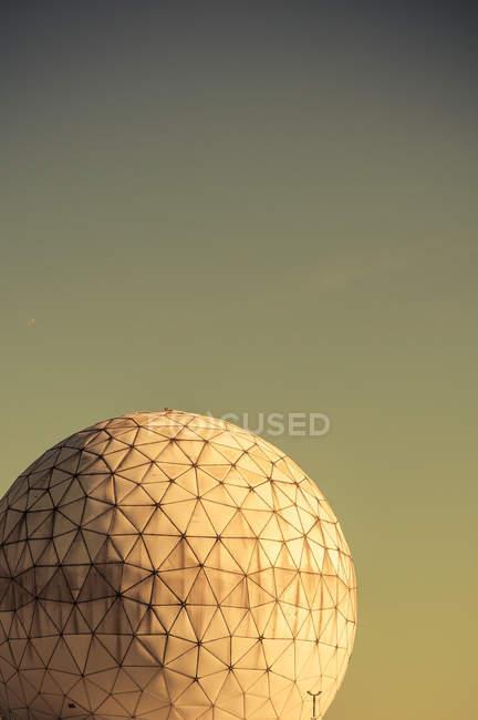 Radôme sectionnées rond au crépuscule — Photo de stock
