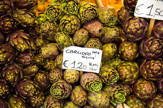 Green artichokes on market stall — Stock Photo