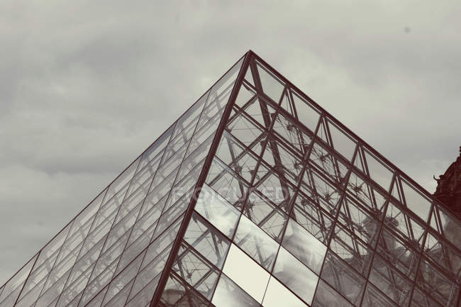 Edifício de vidro arquitetura de galeria de fotos em paris, louvre — Fotografia de Stock