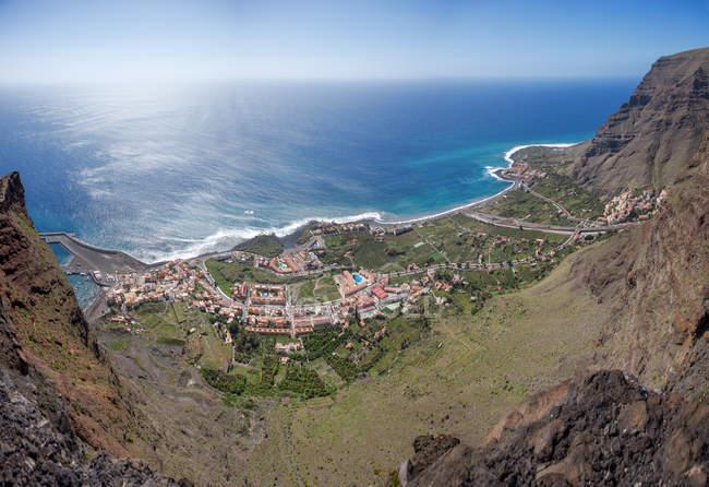 Panorâmica vista aérea da aldeia costeira espanhola, nas montanhas — Fotografia de Stock