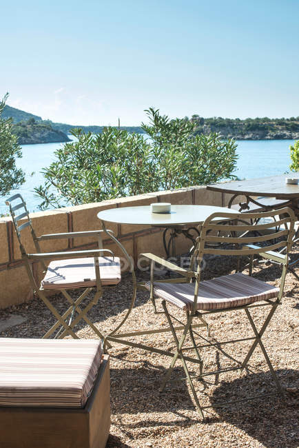 Stühle und Tische auf der Terrasse des Restaurants — Stockfoto