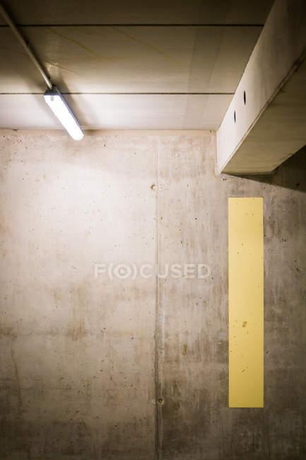 Vista do close-up da parede da garagem de estacionamento — Fotografia de Stock