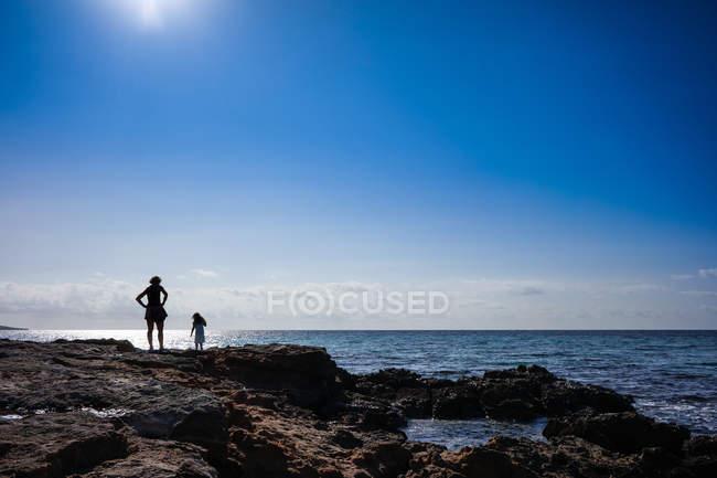People on rocky seashore — Stock Photo